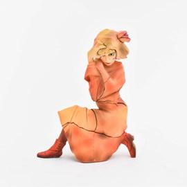 Sculptuur 'Kniendes Mädchen in orange-rotem'