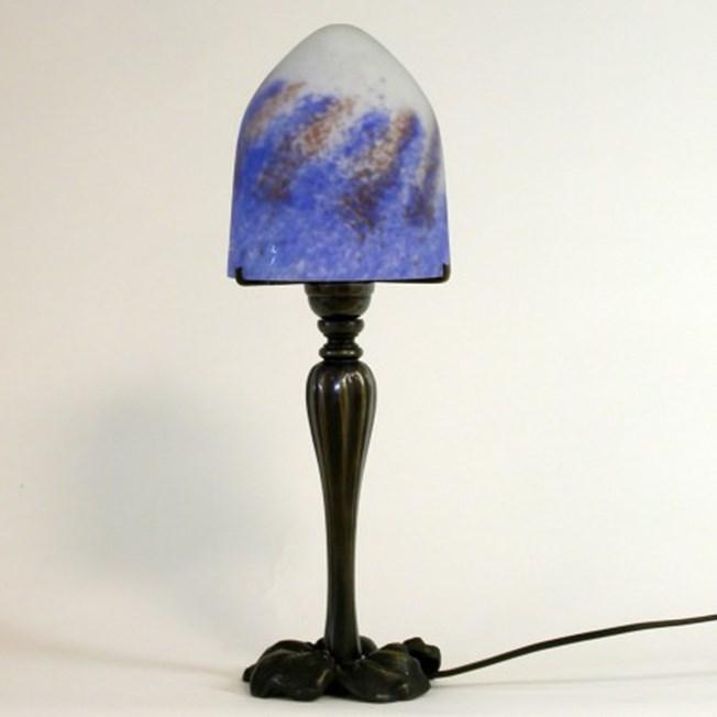 Saprotroof Tafellamp met gegoten, bronzen voet en pate-de-verre glaskap
