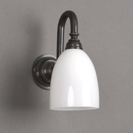 Badkamerlamp beker kleine boog met bronzen armatuur en opaal witte glaskap