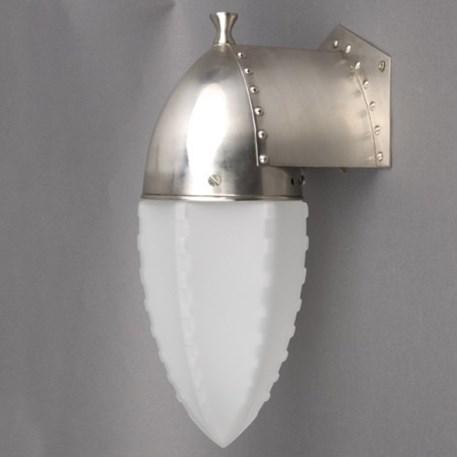 Amsterdamse wandlamp met een armatuur met klinknagels en een Geetste glaskap met getande ribben