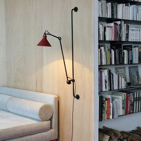 Wandlamp La Lampe Gras met een zwart armatuur en een rode, conische kap