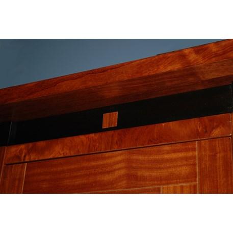 Detail van toepassing van edele houtsoorten van een Schuitem vitrinekast.